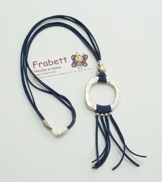 Collar con Antelina azul marino y piezas de Zamak con baño de plata. Marca Frabett