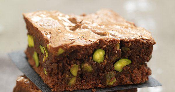 Brownie aux pistaches grillées, sauce au chocolat et noix de pecan caramélisées - Marie Claire Maison
