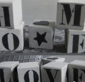 Zaag houten blokjes uit een balk, verf ze in de gewenste kleur en sjabloneer je favoriete tekst erop. Leuk voor Kerst of Pasen.