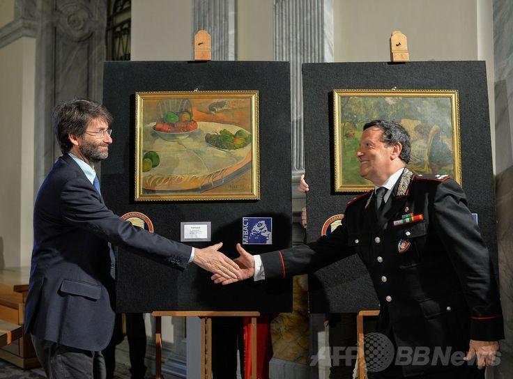 ロンドン(London)で1970年代に盗難に遭ったポール・ゴーギャン(Paul Gauguin)の作品(左)とピエール・ボナール(Pierre Bonnard)の作品(右)の前で握手を交わすイタリアのダリオ・フランチェスキー二(Dario Franceschini)文化相(左)と同国軍警察カラビニエリ(Carabinieri)のマリアーノ・モッサ(Mariano Mossa)大将(2014年4月2日撮影)。(c)AFP/ANDREAS SOLARO ▼3Apr2014AFP|伊民家の台所からゴーギャン盗難画、数十億円相当 http://www.afpbb.com/articles/-/3011641 #paintings #Rome #Gauguin #Bonnard #Franceschini #Carabinieri #MarianoMossa