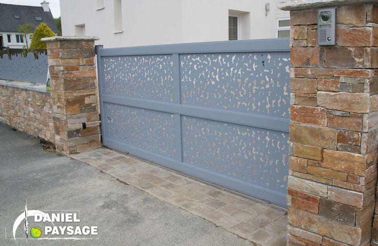 Une entrée contemporaine et esthétique grâce à ce portail en aluminium aux découpes très graphiques.