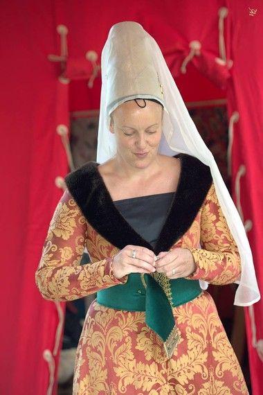 Robe historique médiévale du XVème siècle en damassé ocre et rouge orangé, large ceinture en velours avec boucle et pendant en métal ouvragé, hennin en lamé de soie or et voile en organza de soie