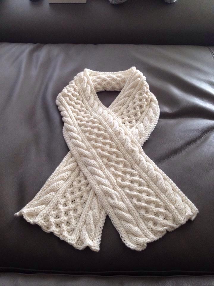 Strickanleitung für einen warmen und eleganten Schal mit Zopfmuster.