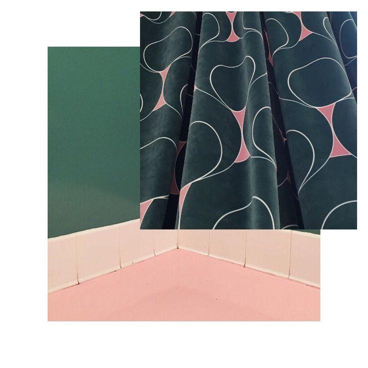 Gotain sammetsgardiner i designen dotindot som är inspirerad av art deco erans färger, material och mönster. Djupgrön och Dusty rosa är en färgkombination som vi aldrig tröttnar på. För att se fler av våra gardiner besök oss på www.gotain.com - öppet dygnet runt  #sammet #gardiner #gardin #sammetsgardiner