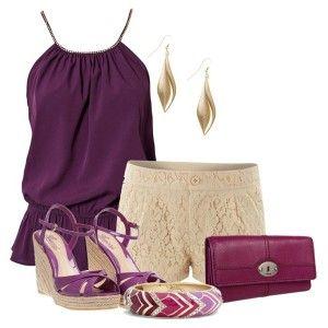 С чем носить фиолетовые босоножки: фиолетовая маечка, бежевая кружевные шорты, клатч