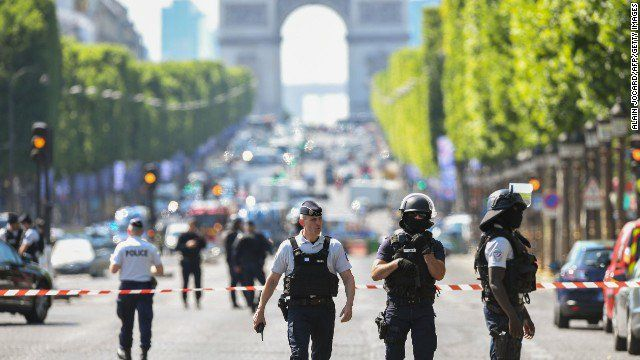 """CNN Breaking News sur Twitter : """"CORRECTED PHOTO: Paris police took down an armed man after car rammed into police van on Champs-Elysees"""