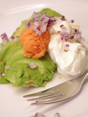 Enkel och god förrätt med mogen avokado, creme fraiche, rom och hackad rödlök. Läs mer på recept.com