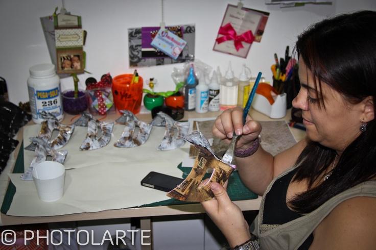 Yenny de Viñetas Creativas terminando las máscaras