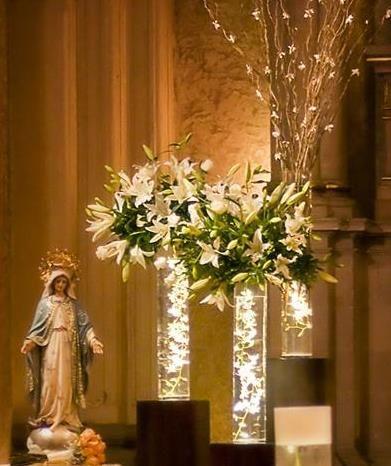 Centros de mesa para boda: Arreglos florales con luz para decorar la iglesia de la boda