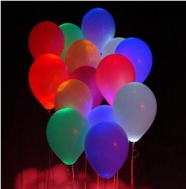 Stop een glow in the dark stick in een ballon en blaas hem op.