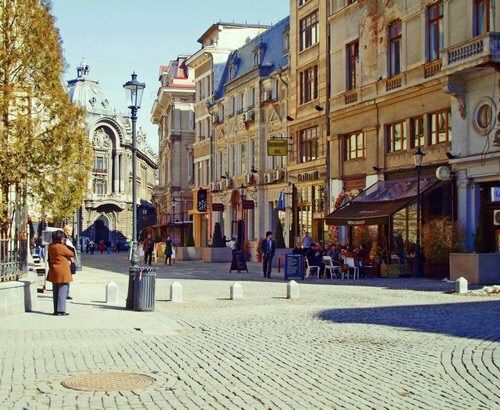 Imagine prin We Heart It #autumn #beautiful #bucharest #cafe #city #enchanting #fall #nice #old #people #shops