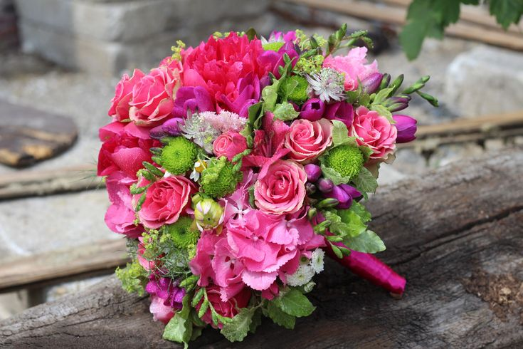 Cyklamenová svadobná kytica z ruží, miniruží a hortenzií