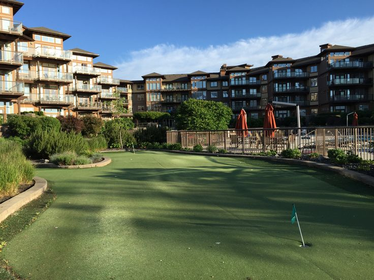 Resort putting green - The Cove Lakeside Resort - Kelowna, British Columbia