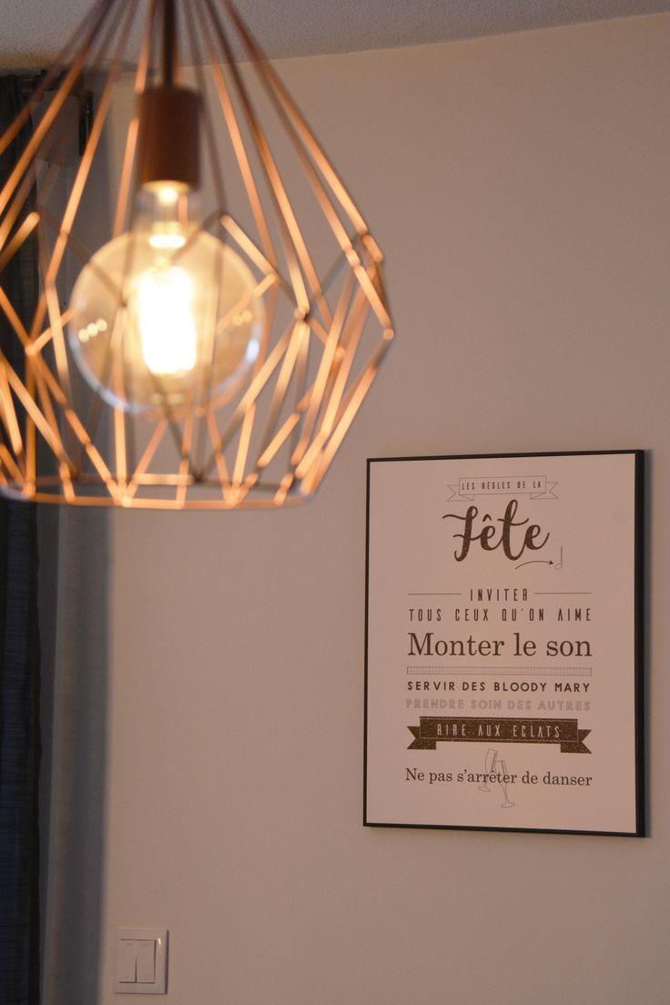 lampe filament et filaire en laiton dans le salon avec cadre déco sur les règles de la maison : détourné en les règles de la fête !