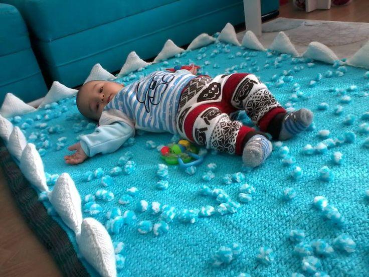 Bebek oyun halısı nasıl örülür? Bebek için oyun halısı satın almak yerine kendiniz örebilirsiniz. Hem örgü oyun halısı onu soğuk zeminden de koruyacağından