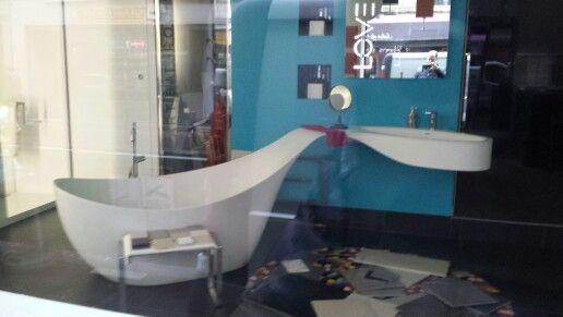 Baignoire rattachee a sa vasque.