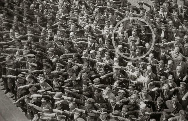 .El trabajador alemán August Landmesser, el cual estaba casado con una mujer…