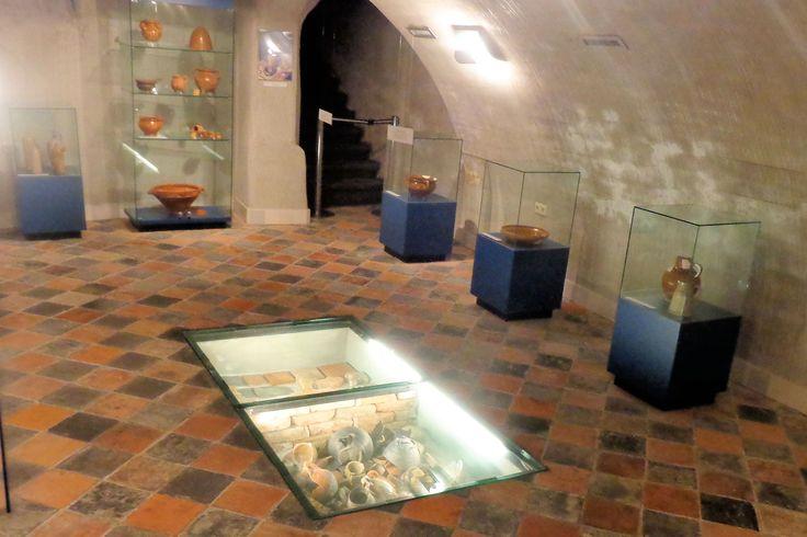 In de kelder zijn de archeologische vondsten van de Oudheidkundige Kring Geertruydenberg te zien. Alle getoonde voorwerpen zijn gevonden in Geertruidenberg of omgeving, maar sommige voorwerpen zijn afkomstig uit gebieden waar de stad handel mee dreef. Onder de dikke glazenplaat liggen aan de ene kant een collectie voorwerpen alsof ze in een afvalput liggen. De huizen aan de Markt hadden vroeger eigen afvalputten, die nu een bron van informatie voor ons zijn.