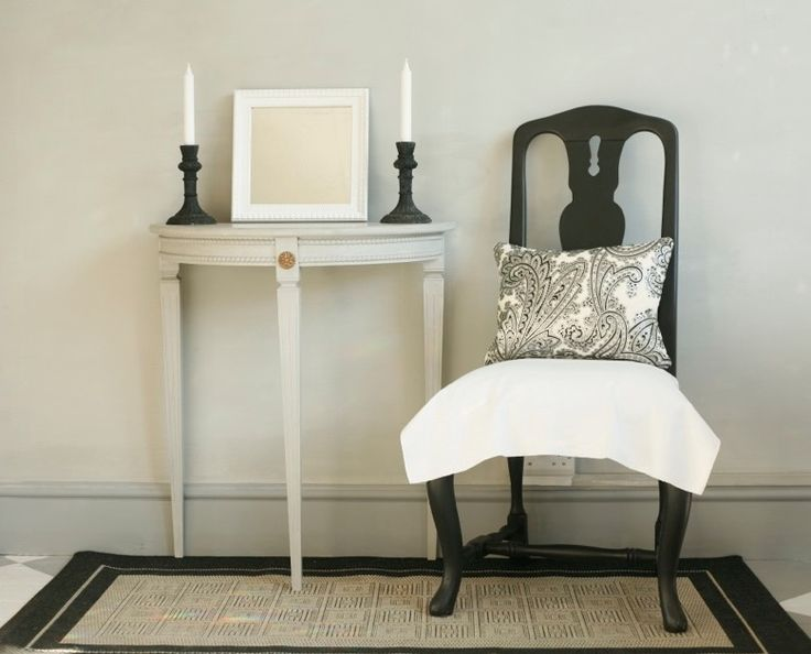 Fresco lime paint from Pure & Original in the color Sea Foam. Table Ashes/Bone Traditional paint and chair Black Smoke Cred. Nordshape UK/London