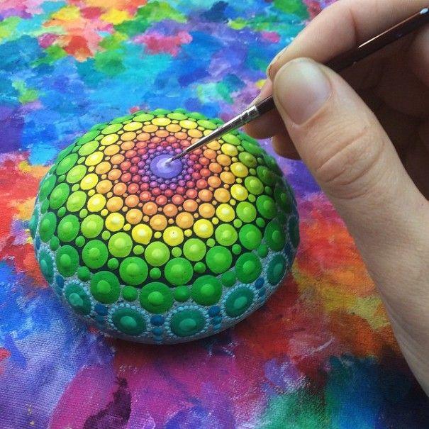 Artista Pinta Piedras del Océano con unos Miles de Puntos Diminutos Para Crear Mandalas Vistoso
