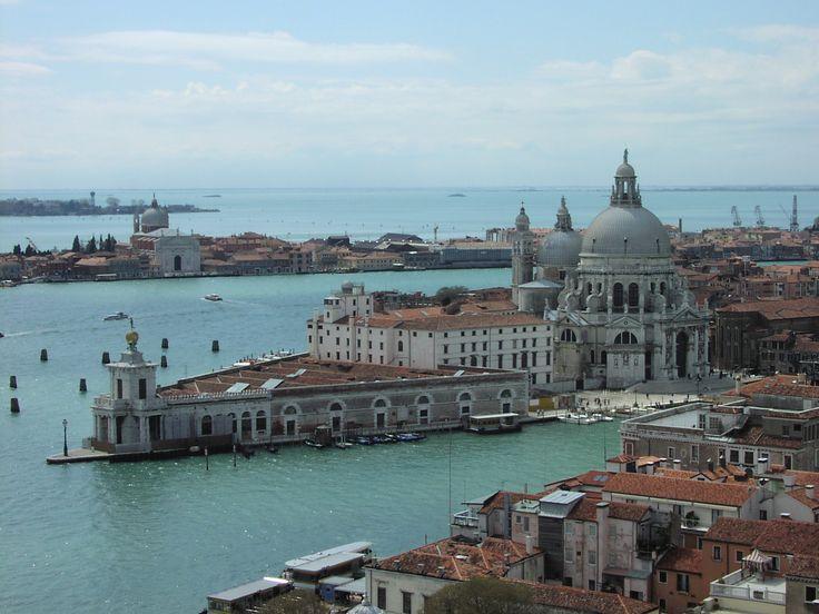 A Santa Maria della Salute templom és a Canal Grande nyílása között található a Punta della Dogana, azaz a Vámház. A történelem során itt álltak meg a hajók, portékáikat itt kellett elvámolni. www.velenceikarneval.hu