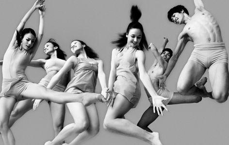 A #MilanoDanza al via la grande Rassegna dei Centri di Formazione coreutica. I danzatori della Scuola di Ballo del Teatro dell'Opera di Vienna (nella foto) divideranno il palco con le promesse della danza italiana. E con un ospite davvero speciale: GIUSEPPE PICONE. #danza #dance #dancers #dancing #milano #ballo #balletto #classica #ballet