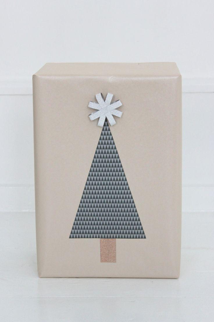 Hos Bog & idé kan du få alt til jul i både guld, sølv og farver. Og tilsætter du din egen stil og gode idéer, kan du skabe gaveindpakning, som i sig selv er en gave. Her viser jeg dig nogle af mine favoritter. Alt fra at lave et juletræ til julekugler af gavepapir, som …