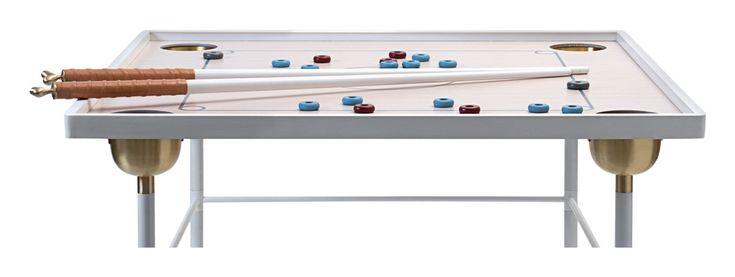 Couronne från Klong är ett uppenbart mångsidigt bord med justerbar höjd, med design av Ania Pauser. Bordet är höj- och sänkbart i tre olika höjder, för att kunna fungera som matbord, soffbord och även spelbord. Toppen i fanér kan kompletteras med en glasskiva för att täcka hålen, samtidigt som du bevarar dess estetiska detaljer.