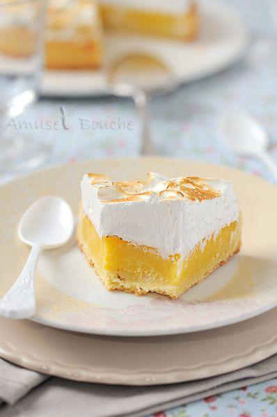 Aujourd'hui, je vous propose un classique de chez classique mais tellement bon : La tarte au citron meringuée. Il existe plusieurs recettes de tarte au citron, principalement sur la façon de cuire la crème au citron, au four dans le fond de tarte ou à...