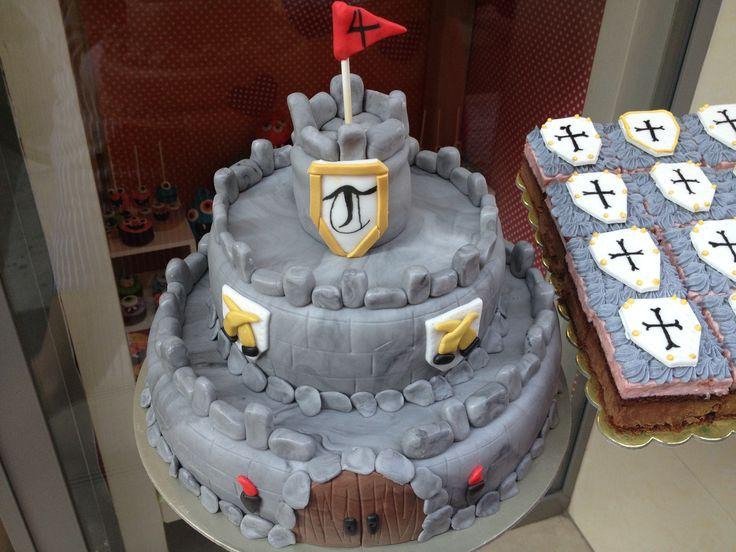 Τούρτες Γενεθλίων - Κάστρο με παστάκια! #sugarela #TourtesGenethlion #Kastro #Pastakia #CastleBirthdayCakes