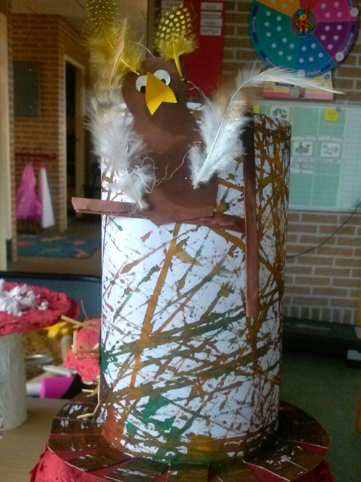 Groep 1 vogel in de boom. basis ecoline en rollen met knikkers over papier in een doos. Erop een vogel . @storkschool.