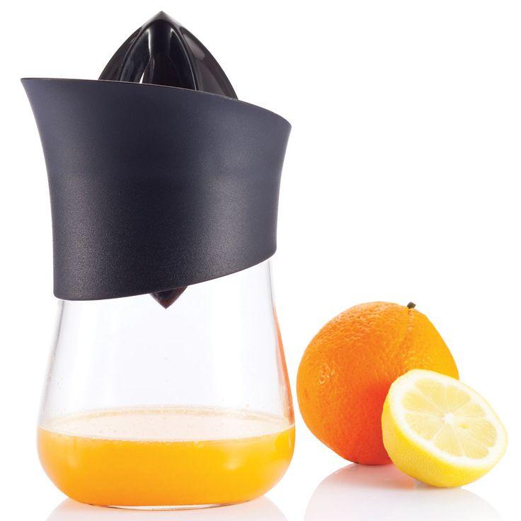 XD Design Press handsinaasappelpers  Description: Hoe heerlijk is verse sinaasappelsap op de vroege zondagmorgen? Heel erg lekker. Met de Press handsinaasappelpers van XD Design maak jij deze verse sapjes eenvoudig thuis. De pers heeft twee kanten zodat elk fruit goed geperst kan worden. Het sap komt direct in de glazen karaf terecht dus die zet je zo op tafel. Verras je moeder op Moederdag met een zelf geperst sapje én sinaasappelsappers. Je koopt dit product online bij Ditverzinjeniet.nl…