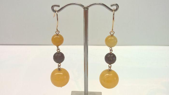 Online veilinghuis Catawiki: Gouden oorbellen met geel calciet en rookkwarts.