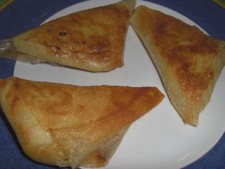 Il me restait des feuilles de brik au frigo ... lorsque j'ai vu cette recette dans mon dernier Guide Cuisine, j'ai très vite imaginé ces petit samossas dans mon assiette .... très simple et tellement bon ... bien croustillants ... Ingrédients : 6 feuilles...