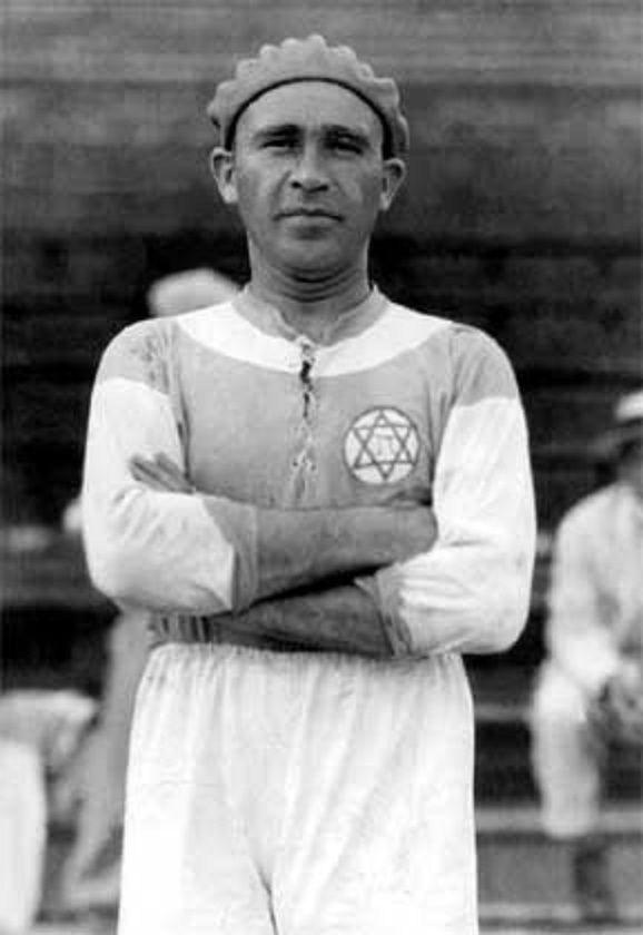Béla Guttmann, Jugador Húngaro milito en MTK Hungária FC, de 1919 a 1921, SC Hakoah Wien, de 1922 a 1926, entre otros clubes y en él año de 1962 fue DT. de Peñarol.