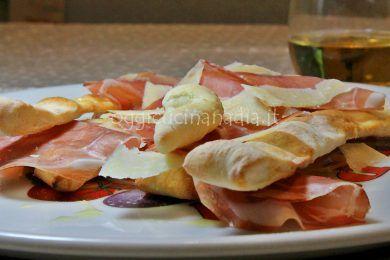 straccetti di pizza con prosciutto e parmigiano