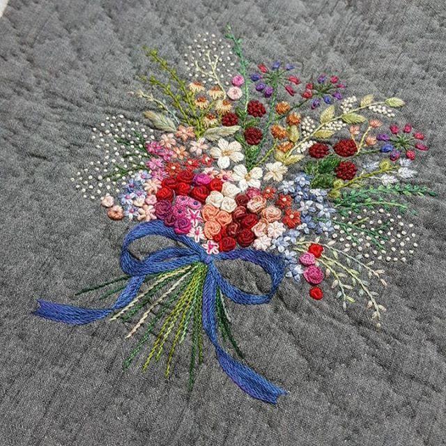 #그리니진 #핸드메이드#프랑스자수#embroidery #김해프랑스자수 #김해장유자수수업 #아~~~진짜 거의 일년째 방치되고 있는 중..... 수놓는게 제일 쉬웠어요...ㅋㅋ~~~ 다른 뒷면도 퀼팅해서 옆면도 달고 핸들달아 가방 완성해야 하는데~~~ 올봄엔 꼭 들어야 하는데...벌써 4월~~~ 여름엔 들 수 있을까?