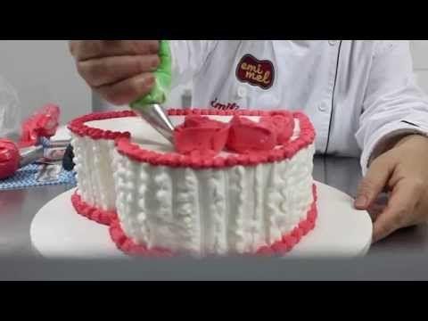 Bolo formato de coração confeitado com chantilly e rosas de chantilly - YouTube