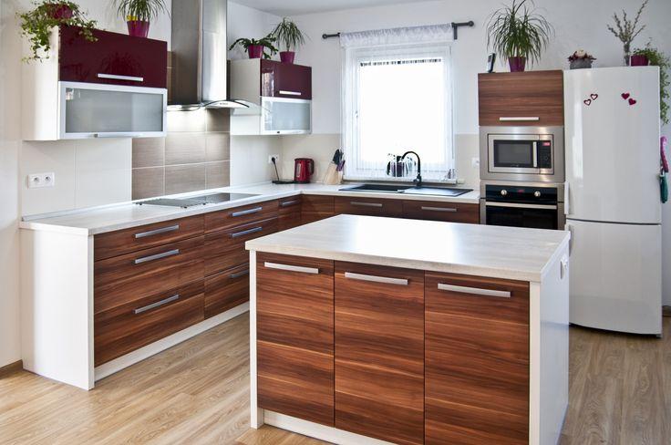 Moderní kuchyně v dekoru oblíbené švestky efektně ozvláštněná lesklou bordó a hliníkovými rámy.