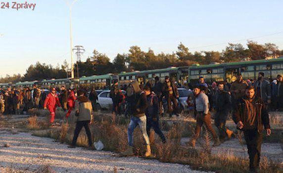 Povstalci stopli evakuaci lidí v Sýrii: Pusťte vězně, žádají