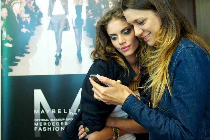 Szépségszerkesztőnk, Schuster Lili és a workshop egyik modellje / MAYBELLINE