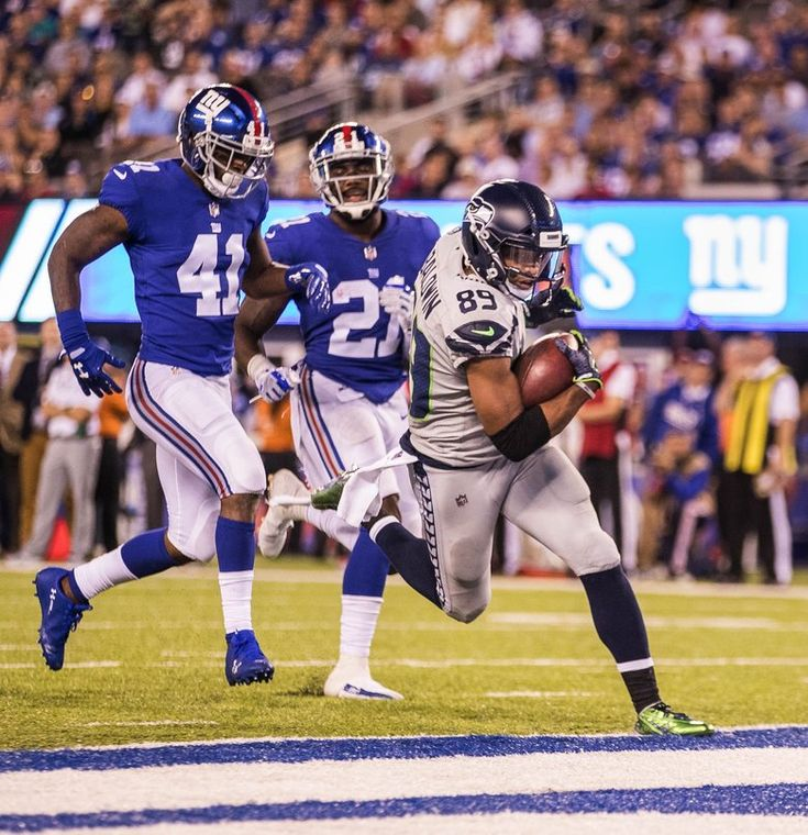 Doug Baldwin pulls down the 22-yard touchdown pass from Russell Wilson in the 3rd quarter that gave Seattle a 10-7 lead. The Seattle Seahawks played the New York Giants Sunday, October 22, 2017 at MetLife Stadium in East Rutherford, NJ. — 203945 (Dean Rutz/The Seattle Times)
