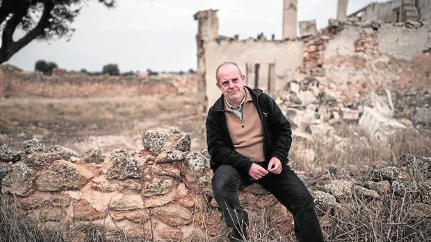 En este Año Cervantes, el fotógrafo se propuso seguir los pasos del autor del…