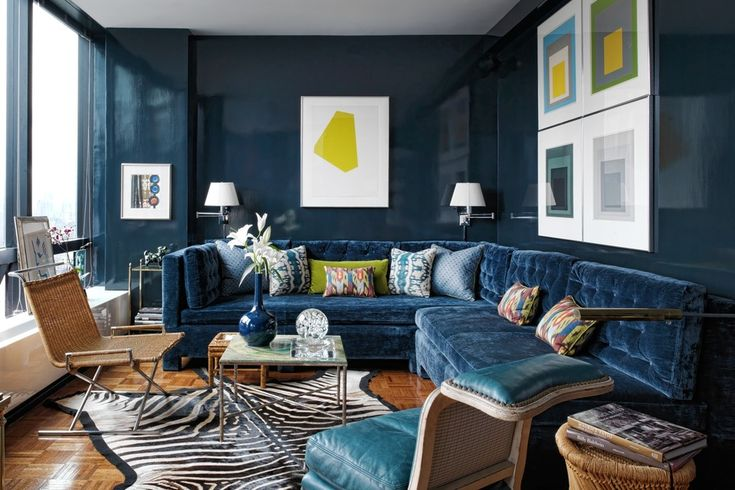 HIGH SHINE | Deep colors, like this high-gloss blue, can create a moody atmosphere. High gloss painted walls give a room or hallway light-reflecting sparkle and fresh glamor!