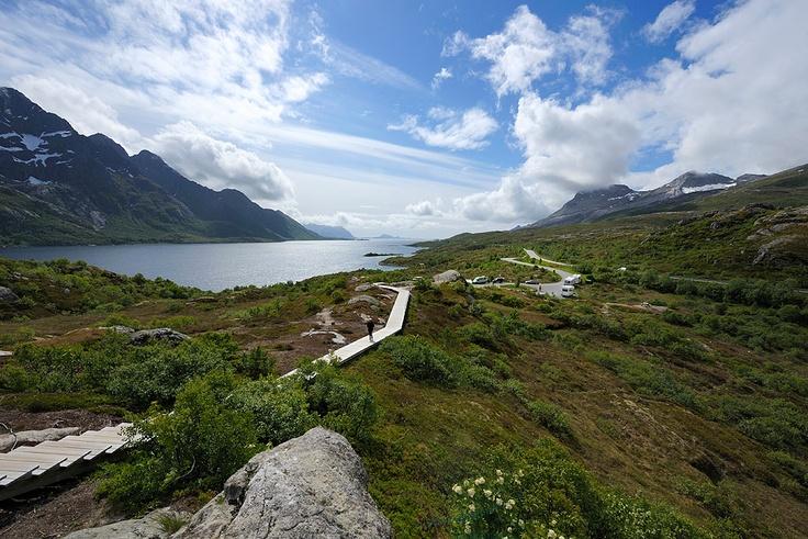 Austnesfjorden i Vågan, Austvågøya. Utsiktpunkt med rasteplass.    Foto: Jarle Wæhler