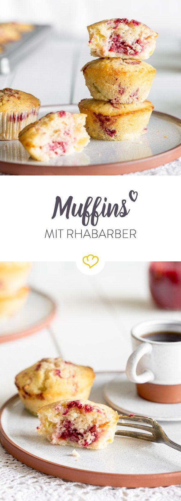 Endlich ist seine Zeit gekommen! Also schnell die Backform raus holen und den frischen Rhabarber zusammen mit Erdbeeren zu fluffigen Muffins backen.