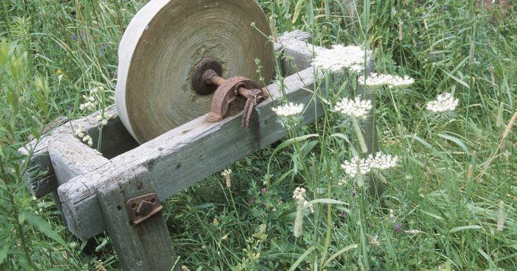 Como afiar lâminas de ferro. Apoie um objeto de ferro - normalmente uma lâmina de algum tipo - em um suporte. Este apoio poderá ser um pequeno bloco de madeira, uma pedra ou qualquer outra coisa que possa levantar um lado da lâmina a 2,5 ou 5 cm do chão. Uma lima de metal padrão é então utilizada, fixada em um ângulo de 30 a 35 graus, para afiar a borda da lâmina. A afiação é ...