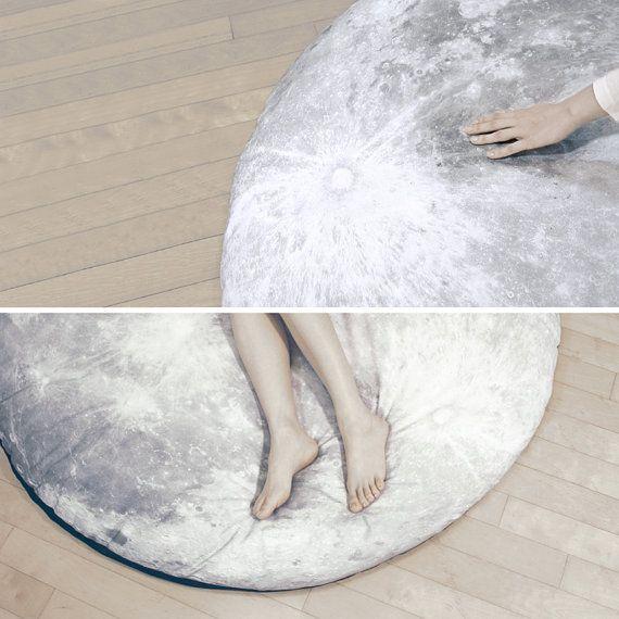 Vollemaan Odyssey II (volle maan vloer-kussen)  Vollemaan Odyssey is een grote verdieping-kussen, dat je een droom-achtige ervaring geeft alsof u op de maan slaapt. Nodigen u uit in de droomwereld van de echte wereld, herdefinieert de vollemaan Odyssey uw omgeving met een ander perspectief integratie kunst en wetenschap. In tegenstelling tot alle andere matrassen breekt de Odyssee van de vollemaan in de grenzen van droom en werkelijkheid door de verbeelding. In samenwerking met…