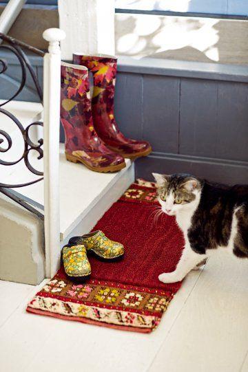 Paillasson transformé en joli tapis grâce à des morceaux anciens collés sur les côtés