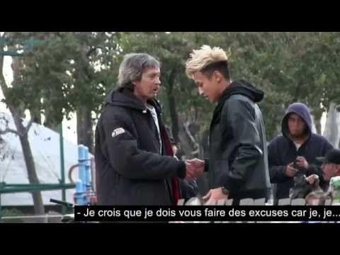 Il donne 100$ à un sans-abri et décide de le suivre... Ce qu'il achète avec cet argent le laisse sans voix